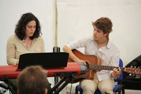 Dos jóvenes tocando la guitarra y el piano entre las lecturas