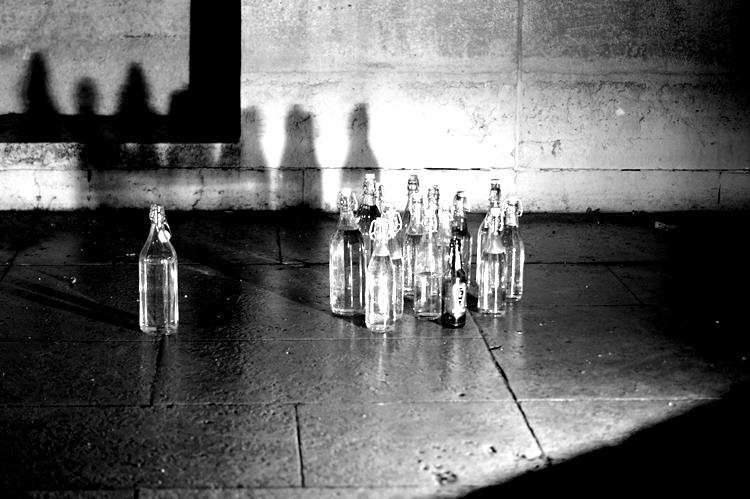 Glasflaschen mit Schatten in einem leeren Brunnenbecken  { by it's me! }