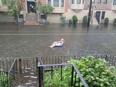 Mujer rubia en medio de la inundación