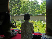 ゆっくりと庭園を観賞しながらお茶(有料)をいただく