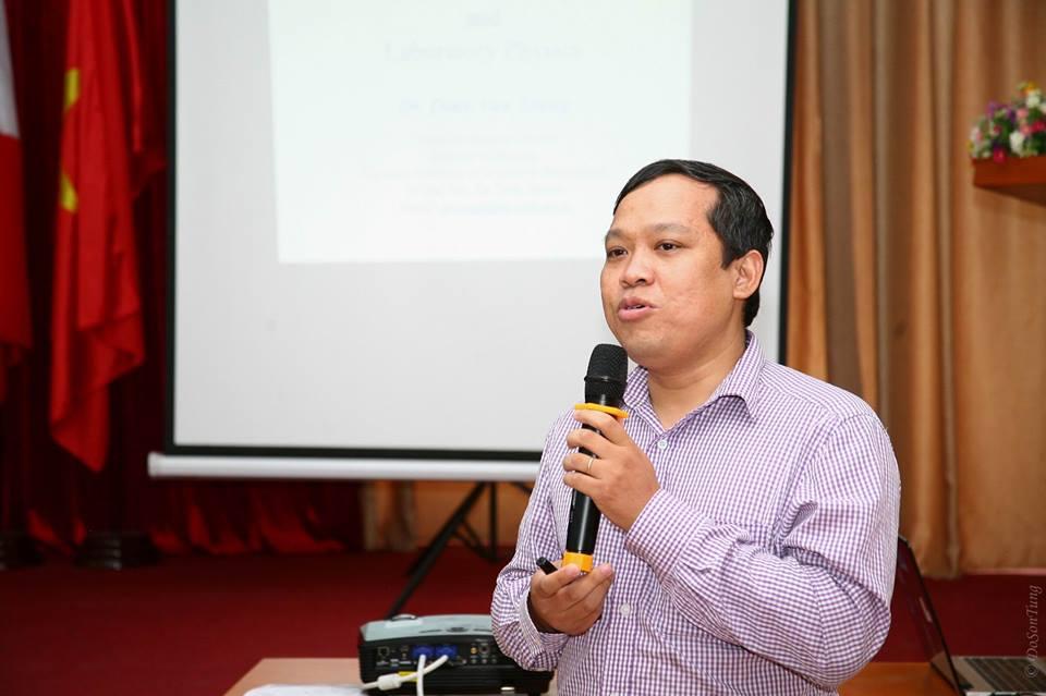 PGS. TS. Đinh Văn Trung chia sẻ cùng người tham dự. Ảnh: Đỗ Sơn Tùng (USTH).