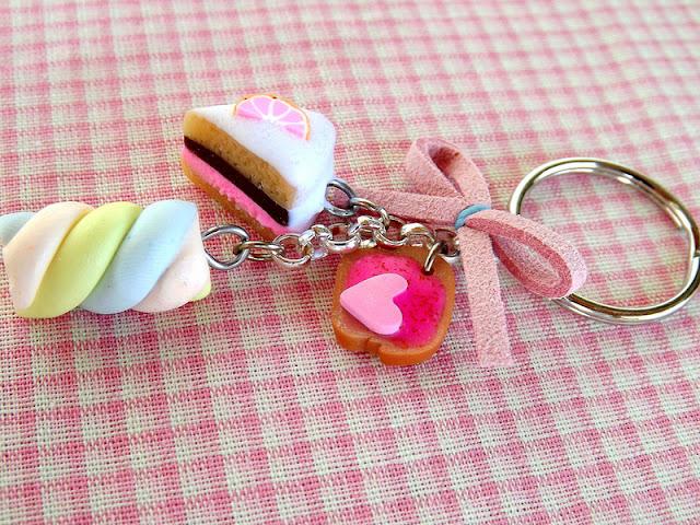 Comida em miniatura: chaveiro com doces. bolo marshmallow