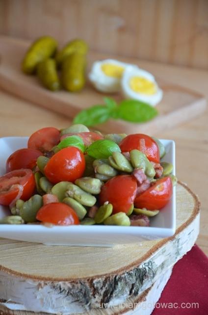 Sałatka z bobem, pomidorkami i boczkiem