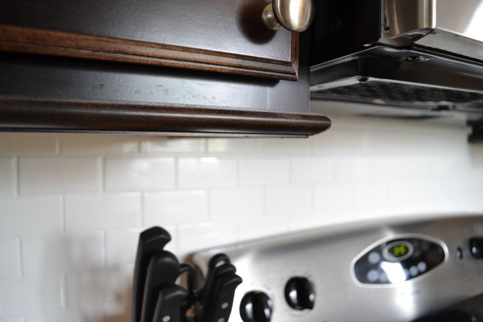 Under cabinet light rail moulding
