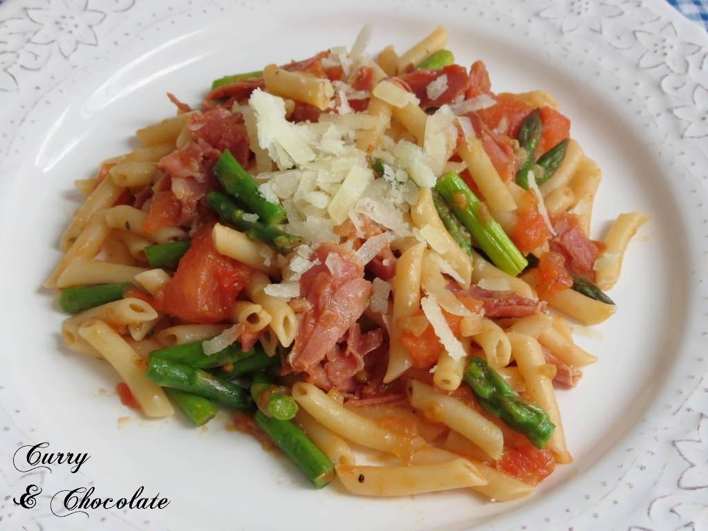 Macarrones con espárragos trigueros, tomate y jamón