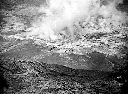 Kawah Gunung Kelud, April tahun 1919.