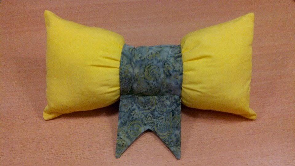 Couture en atelier coussin noeud jaune