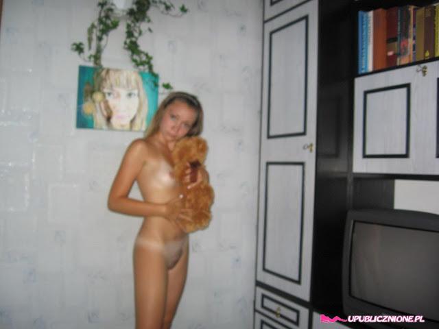 FotosNua.Com novinha de 18 anos virgen pelada mostrando a xoxota