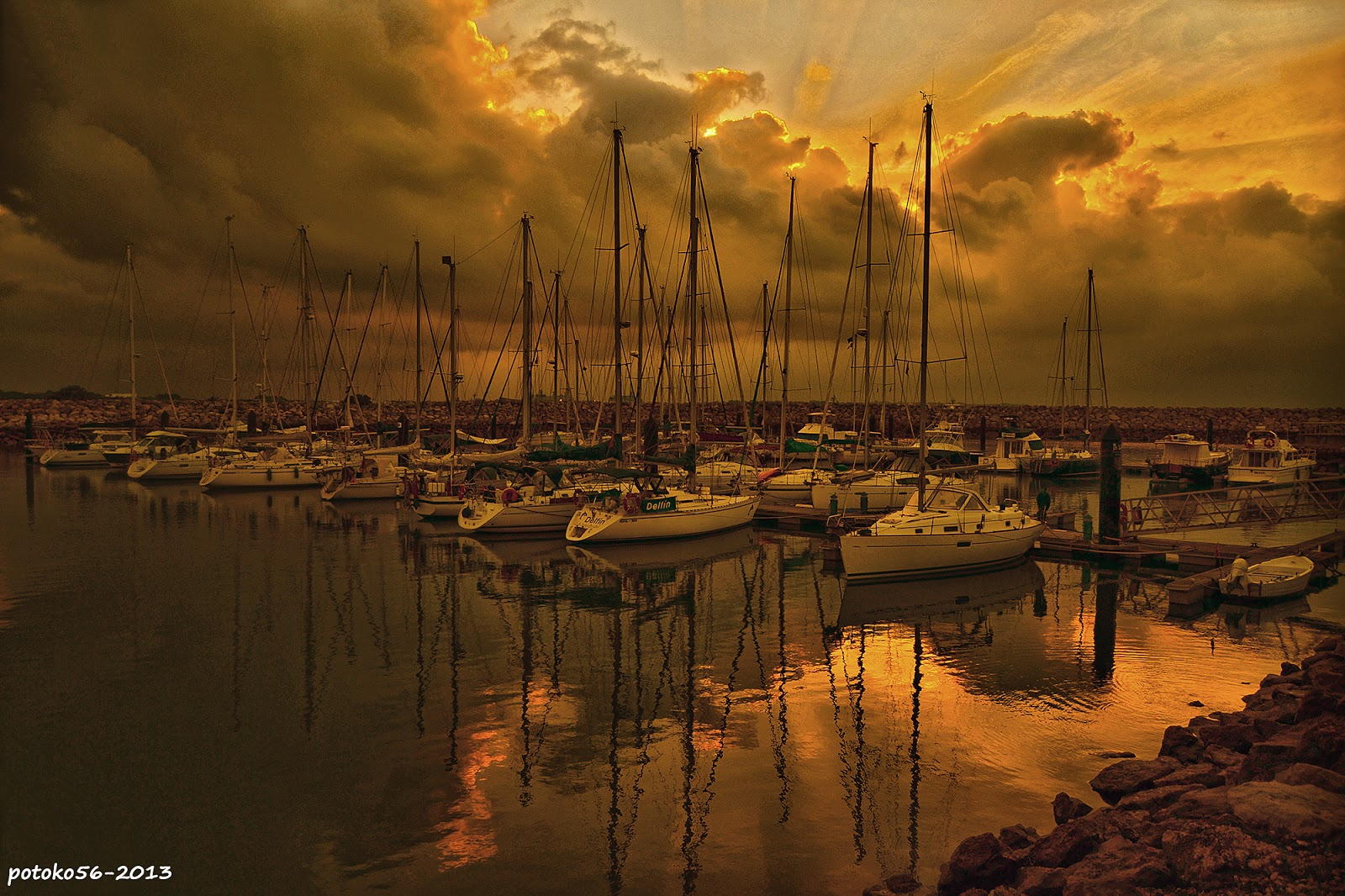 Reflejos de una Mañana en el Muelle de Rota