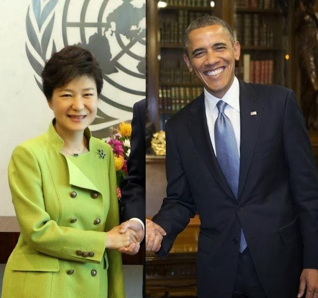 А это фотография крупнейшего новостного агентства в Южной Корее: президент жмет руку Бараку Обаме. Сквозь пространство и время.