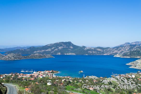 etrafını sarmış dağlar ile adeta bir gölmüş gibi gözüken lacivert denizli Selimiye koyu, Marmaris