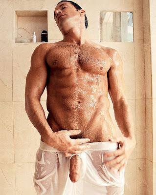 Мужчины голые в душе фото