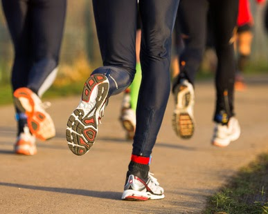 Mehrere Jogger auf einem Feldweg