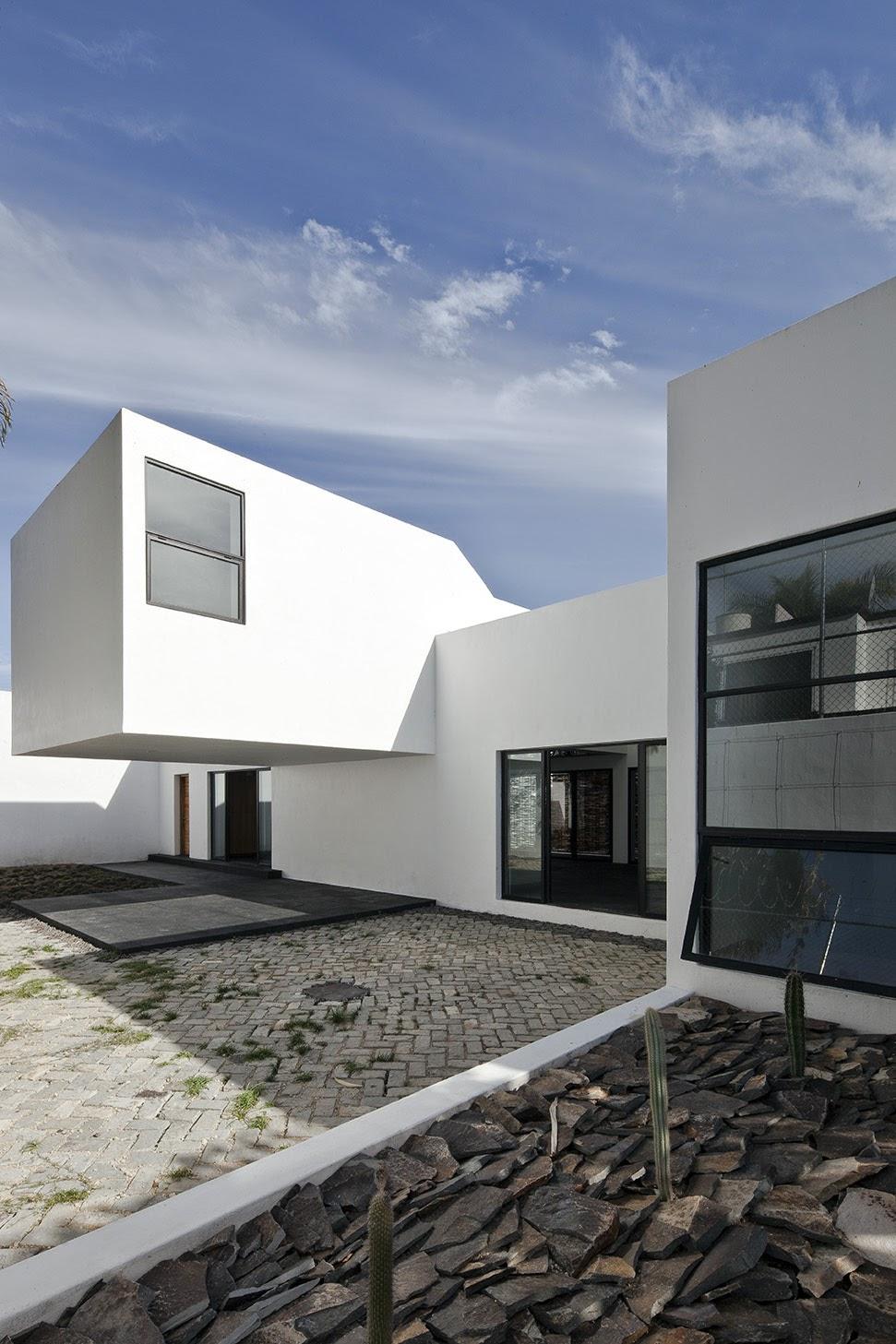 Rumah dengan Perpaduan Lokalitas dan Modernitas 18
