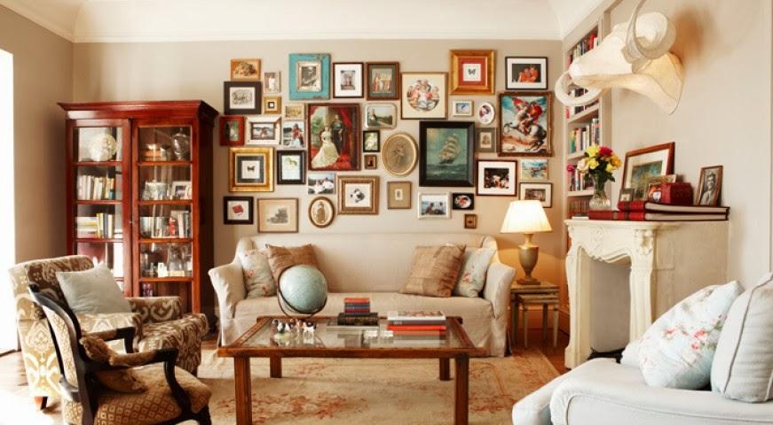 Wnętrze salonu pełne artyzmu i sztuki, obrazy na ścianach, globus na stole,
