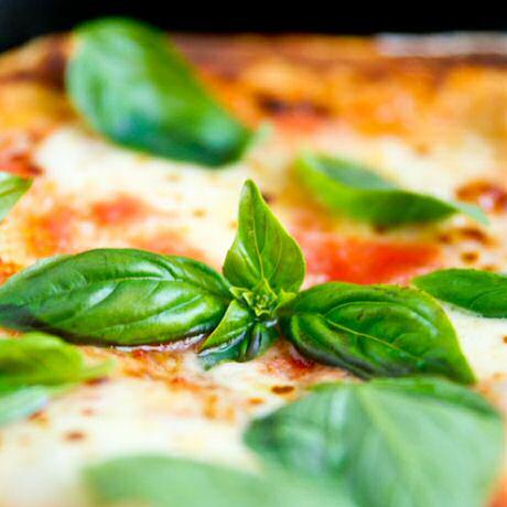Recept om pizza margherita te maken met luchtig, krokant pizzadeeg met gist, water, bloem, zout en olijfolie