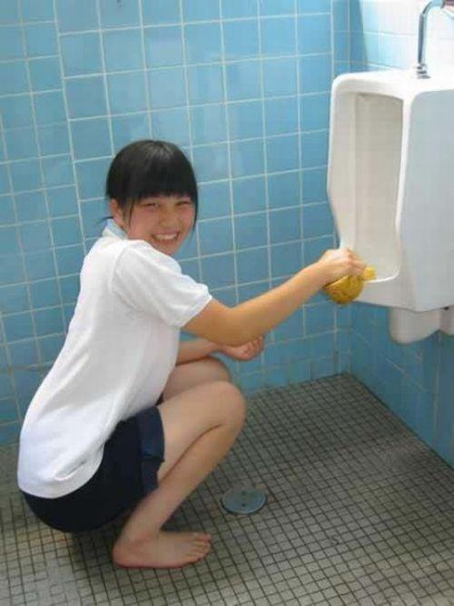 Inovasi Di Sekolah Jepang, Membersihkan Toilet Dengan Tangan Kosong [ www.BlogApaAja.com ]