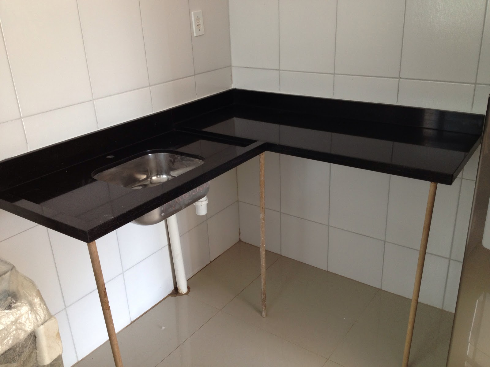 Apê da Dinha e do Alê Granito Cozinha + Banheiro # Como Colocar Pia De Banheiro Na Parede