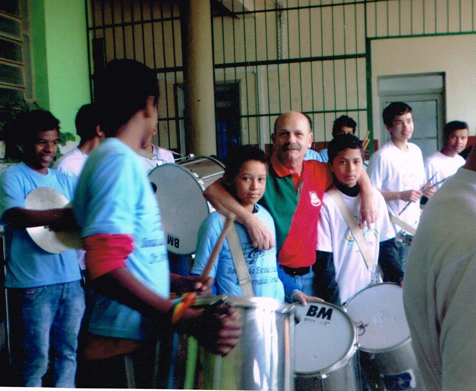 Manoel Ianzer com alunos da banda da Escola Arnaldo Faria