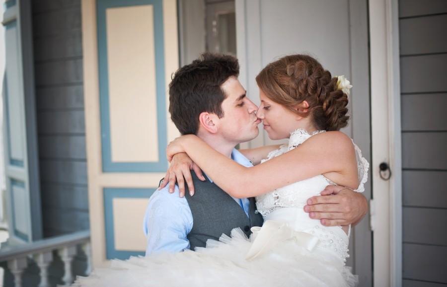 Novio levanta novia en brazos y se besan