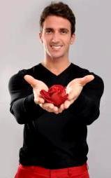 Antonio Pavón ofreciendo una rosa roja