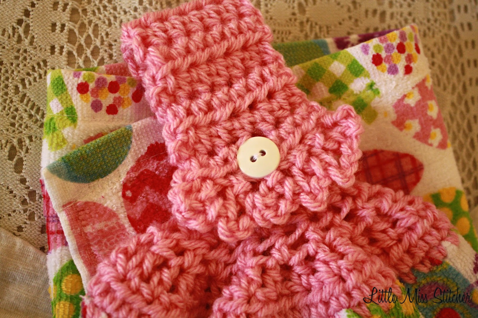 http://little-miss-stitcher.blogspot.com/2014/02/a-little-bit-frilly-crochet-towel-topper.html