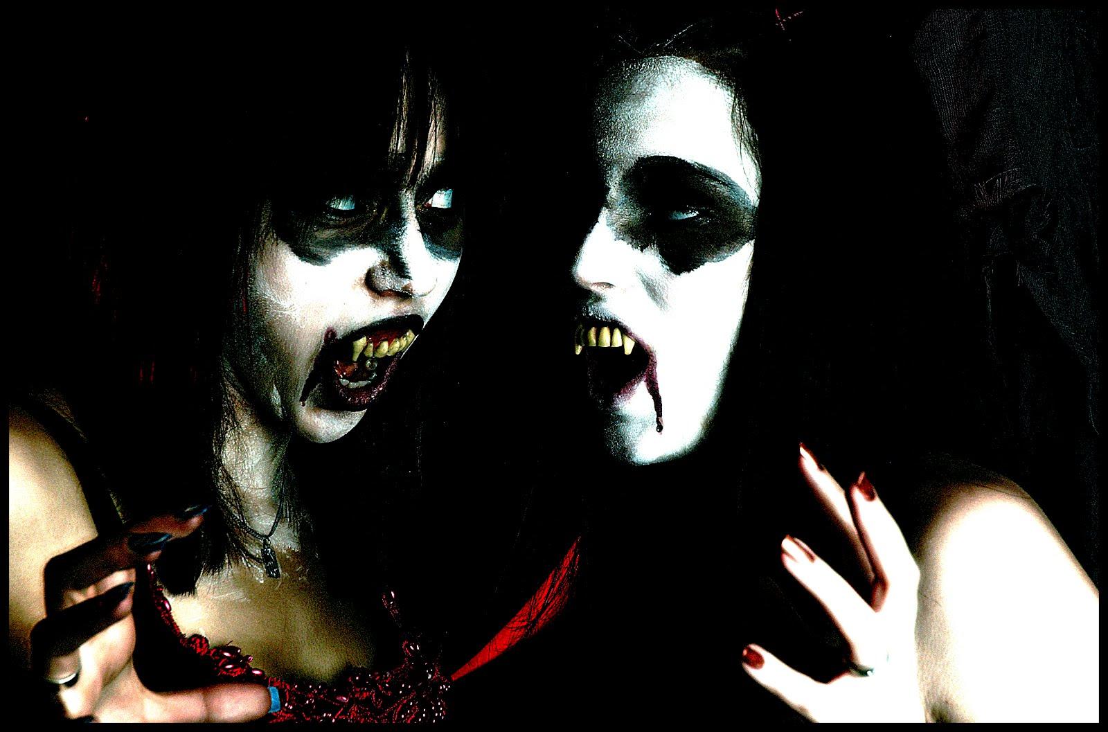 http://2.bp.blogspot.com/-N8LMv6g4-KU/T60E37CHjxI/AAAAAAAABiw/JMMf3X3JYZM/s1600/wallpapers_vampiros_fondo_negro_02.jpg