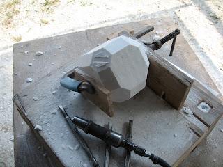 久保極の大理石の抽象彫刻の制作過程