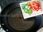 Cartofi umpluti la cuptor preparare reteta - punem ceapa tocata si ardeiul la calit in tigaie