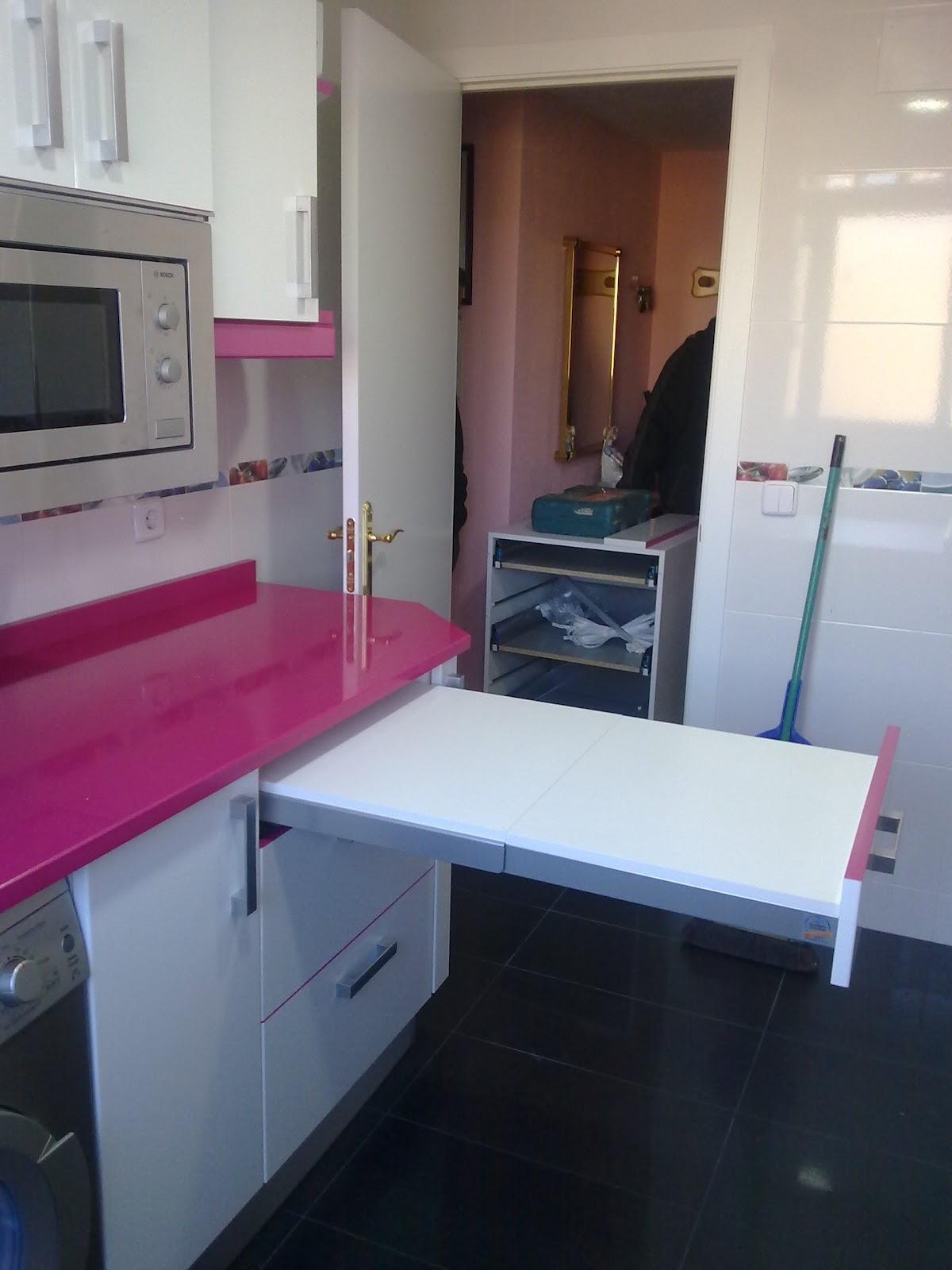Laminado alto brillo blanco remates y encimera fucsia - Muebles de cocina sueltos ...