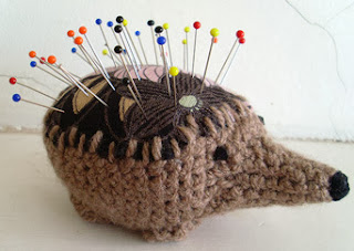 http://translate.google.es/translate?hl=es&sl=en&tl=es&u=http%3A%2F%2Fcultofcrochet.wordpress.com%2F2011%2F04%2F10%2Fhedgehog-pincushion%2F