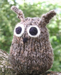 http://translate.google.es/translate?hl=es&sl=en&tl=es&u=http%3A%2F%2Fwww.naturalsuburbia.com%2F2011%2F01%2Fknitted-owl-pattern-tutorial.html