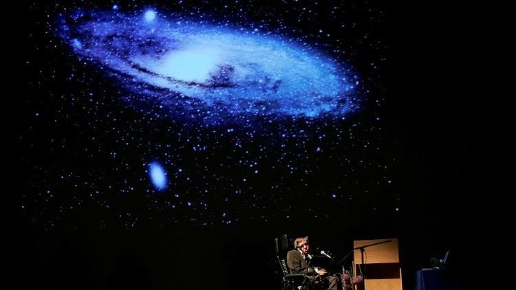 Científica mexicana corrige la hipótesis de Stephen Hawking.