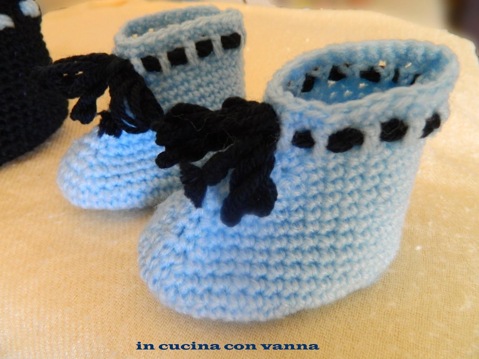 uncinetto: scarpine di lana e bavaglino in cotone per i primi giorni del tuo bebè