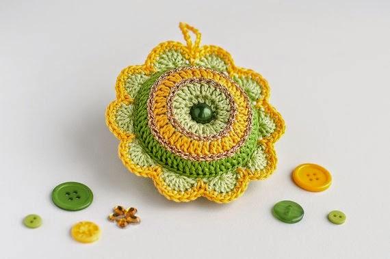https://www.etsy.com/listing/205278373/cute-flower-pincushion-crochet-bright?ref=favs_view_1