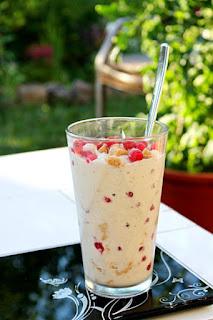 veganes Casheweis mit Protein-Cookiedough & Johannisbeeren