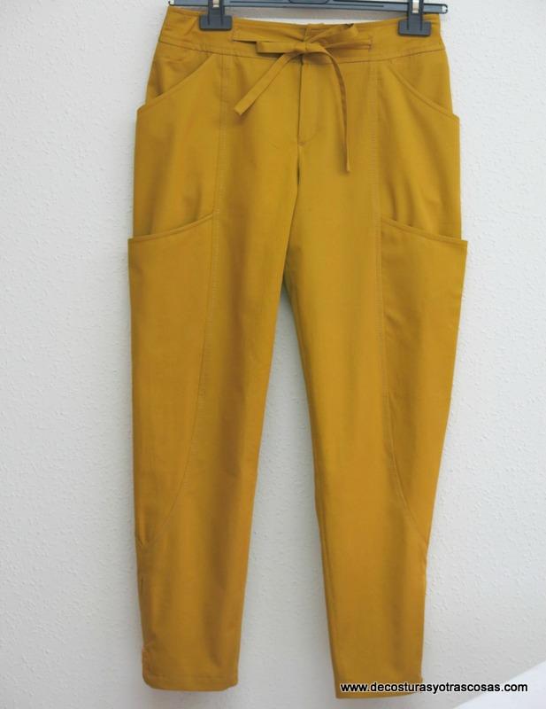 pantalón sport para viaje color mostaza con grandes bolsillos y cremalleras
