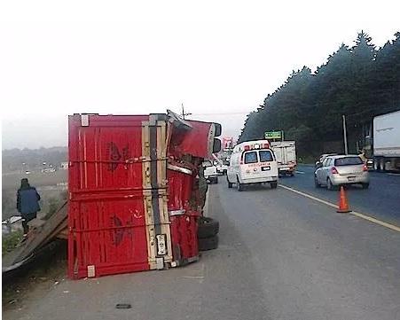 Camión en autopista México a Toluca