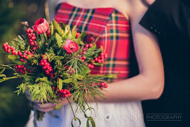 Zimowy bukiet ślubny z gałązkami sosny.