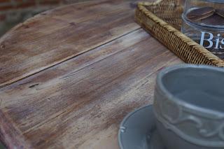 Table-de-cuisine-ronde-rabattable-blanc-vieilli-dessus-décapé-nord