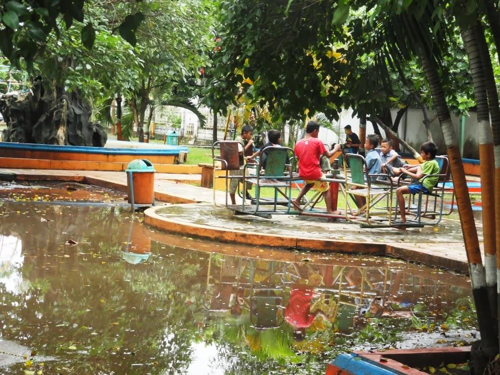 Anak-anak menikmati fasilitas umum diarea Alun-alun Kota Jepara