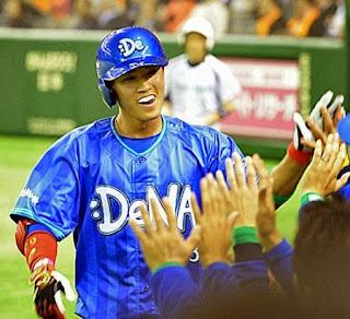 本塁打を放った関根は笑顔でナインとハイタッチ(撮影・鈴木正章)
