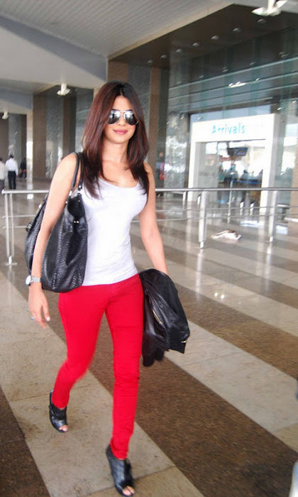 priyanka chopra candid at mumbai international airport hot images