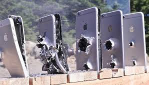 Δείτε, πόσα iPhone χρειάζονται για να σταματήσουν μια σφαίρα από ένα AK-74 Καλάσνικοφ ; VIDEO !!!