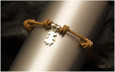 Tobillera o pulsera en cuero y colgante de plata niña joyería artesanal personalizada