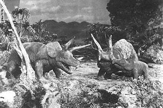 Fotograma de la película : The lost world que muestra dos dinosaurios.