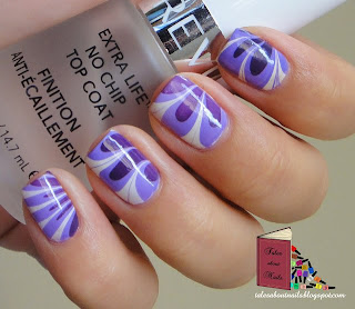 Unhas decoradas com roxo, azul e branco