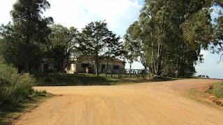 Bifurcação na estrada de terra a Caminho do Cavalo de Pedra, em Aceguá, Rio Grande do Sul.