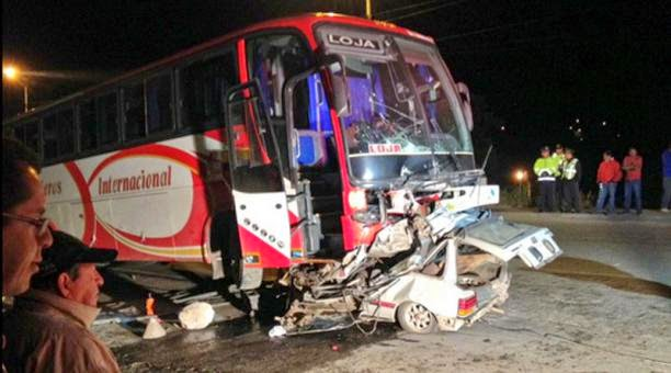 accidente de bus y automovil en Cuenca