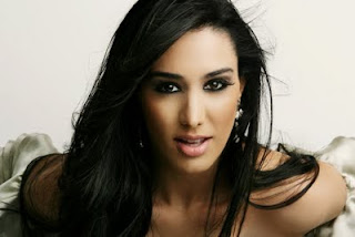 Foto da cantora Marina Elali com olhar sensual